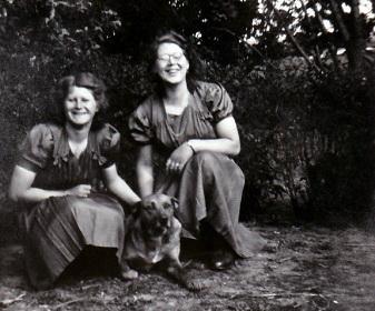 Johanna en Ynskje Boomsma met de hond Max