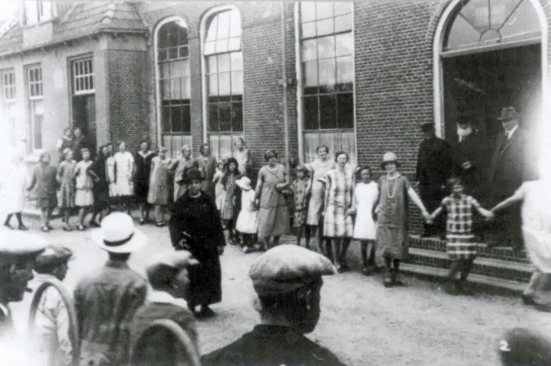 25-jarig onderwijzersjubileum juf Hibma, Openbare Lagere School in juni 1921
