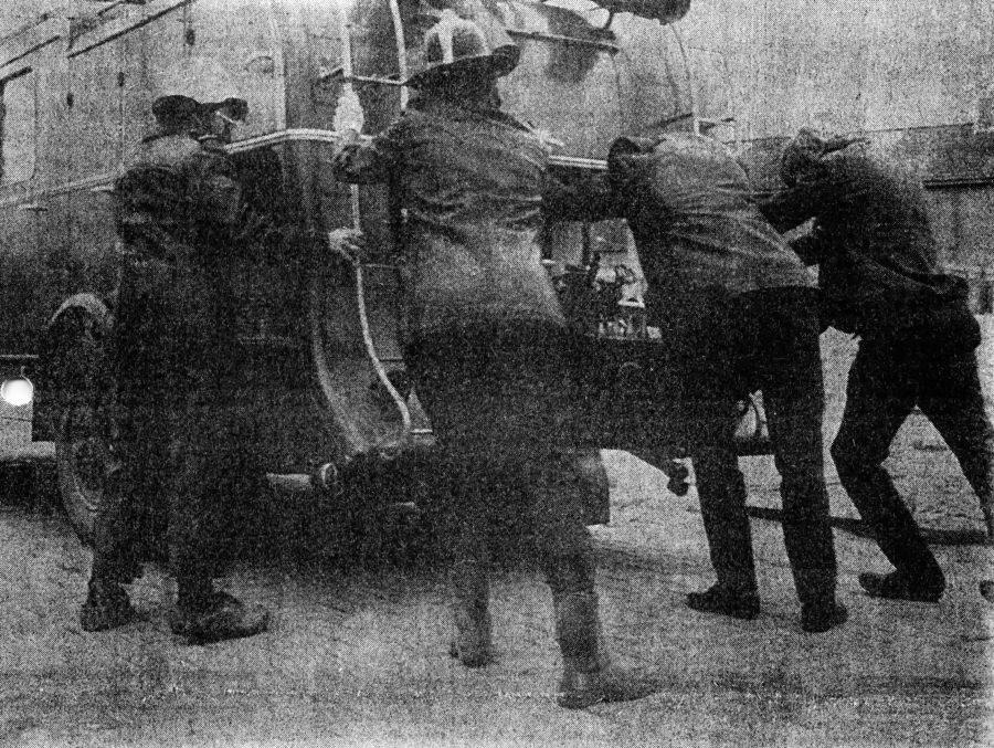 Minnertsgaaster brandweerauto (uit 1947) met handkracht gestart