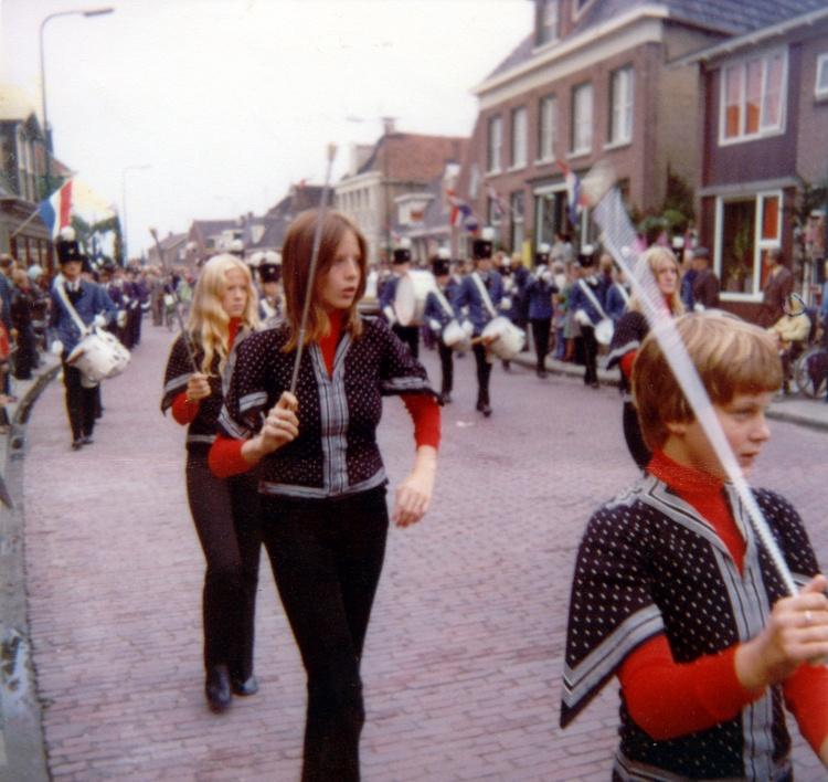 Majoretten Muziekvereniging Oranje 1974.
