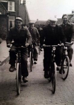 Mannen onderweg naar het land
