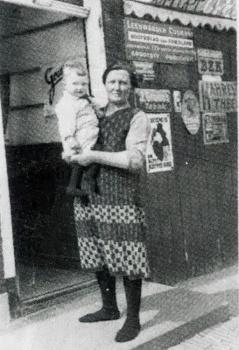 Moeder Jensma-De vries en zoon
