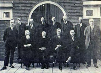 Kerkbestuur met architect en aannemer