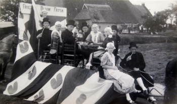 Versierde wagen dorpsfeest