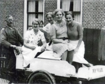 Johannes Vogel met dames in de bakfiets