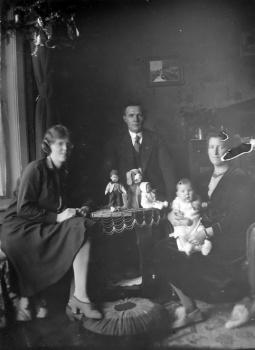 Echtpaar Tuinhof-Bruinsma en dochter Sibbeltje en kleinkind Renske