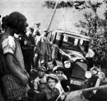 J. Vrieswijk met auto in de sloot 1936