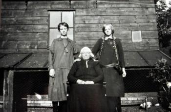 Trijntje Groeneveld met haar dochters