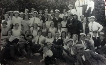 Groep jonge mannen en vrouwen