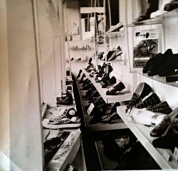 Etalage schoenenzaak De Vries