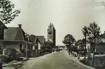 Zicht op uitgebrande kerk en toren