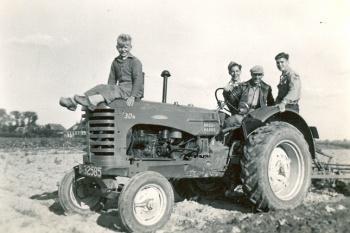 Op de tractor Messey Harris