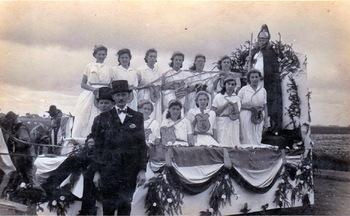 Versierdewagen tijdens (dorps)feest