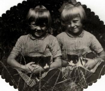 Tweeling Feikje en Riemkje Elsinga